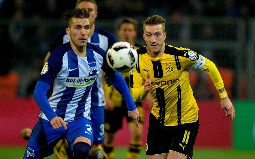 """Peteris Pekarikas (""""Hertha"""") ir Marco Reusas (""""Borussia"""" D.)"""