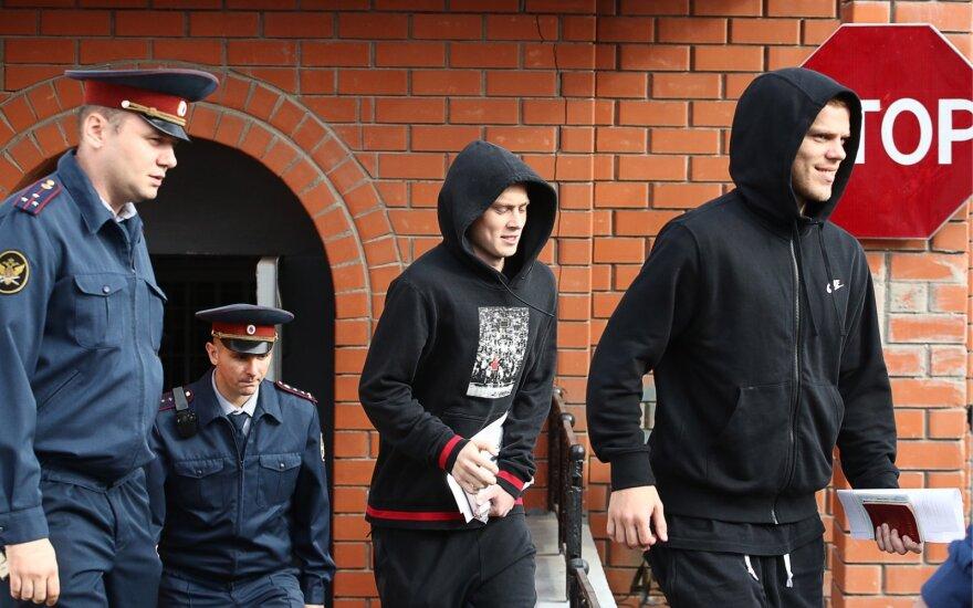 Pavelas Mamajevas ir Aleksandras Kokorinas su savo broliu paleisti į laisvę