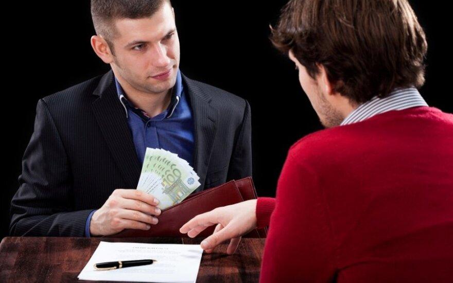 Ar verta draugui skolinti pinigus: apklausa rodo, kad tai kenkia draugystei