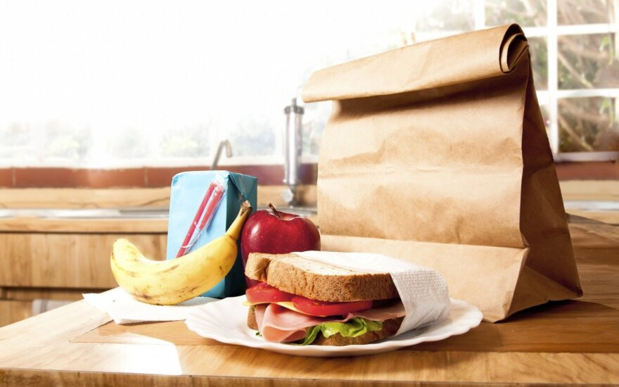 Kai kavinėje per brangu, o parduotuvės pusgaminių nesinori: idėjos, ką pasigaminti pietums biuro virtuvėlėje