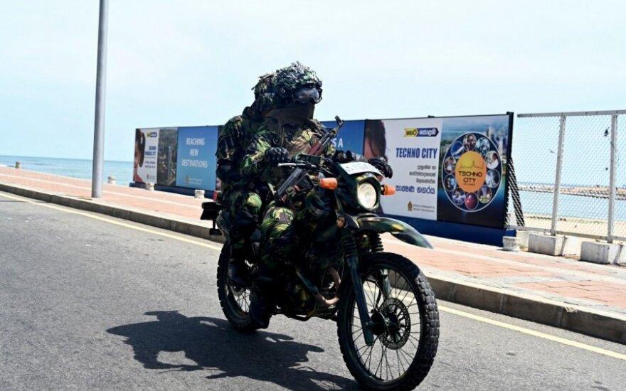 Šri Lankoskariai patruliuoja Kolombo gatvėse