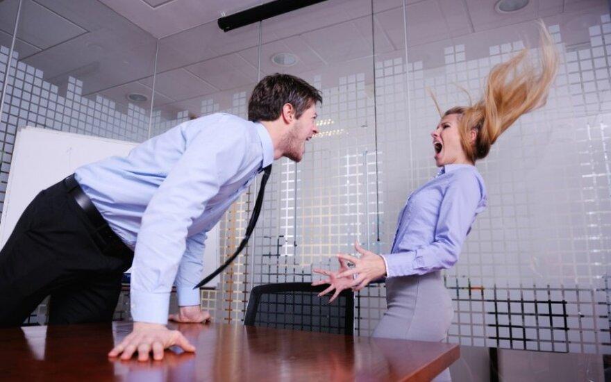 Kuo nemandagiau elgiamasi su moterimi darbe, tuo daugiau ji dirba