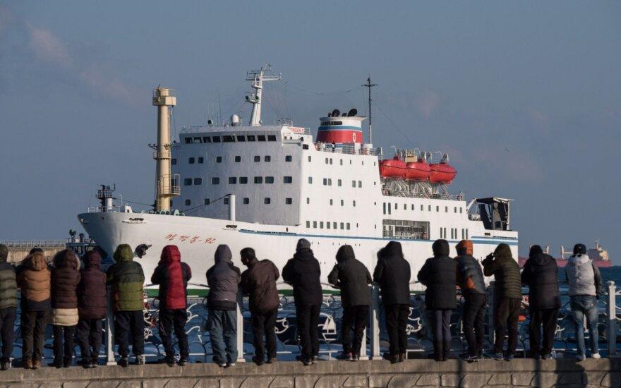 Į Pietų Korėją atplaukė laivas su Šiaurės Korėjos artistais