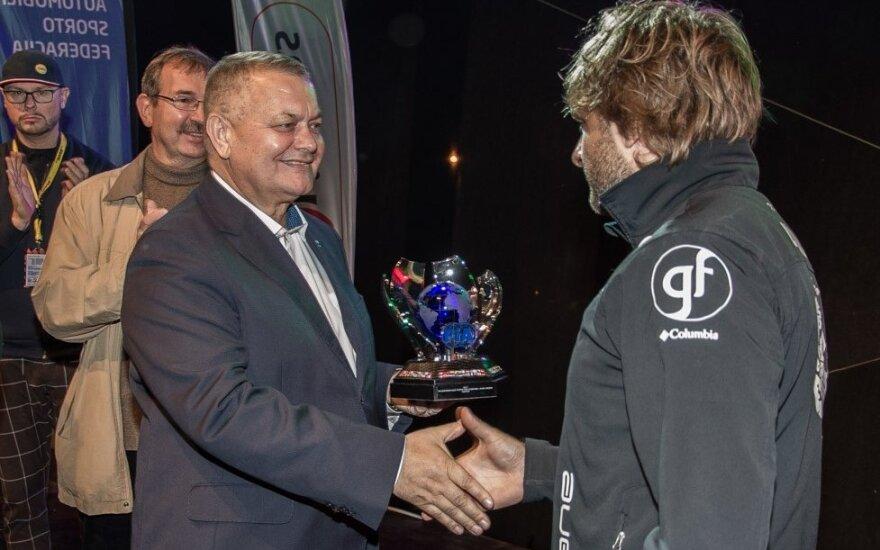LASF prezidentas Romas Austinskas įteikia FIA BRT 2017 apdovanojimą B.Vanagui