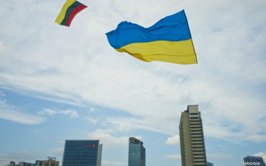 Ukrainos ir Lietuvos vėliavos – danguje prie Baltojo tilto