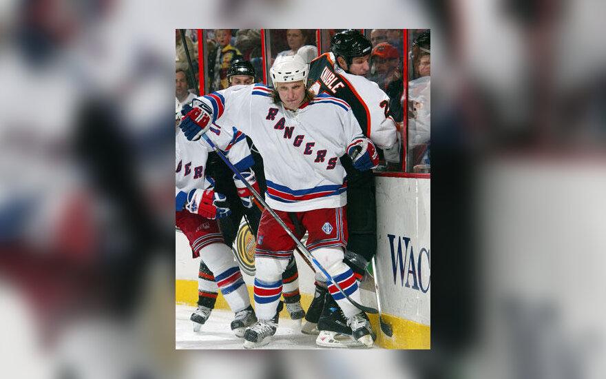 """Darius Kasparaitis (""""Rangers"""") prispaudė varžovą prie borto"""
