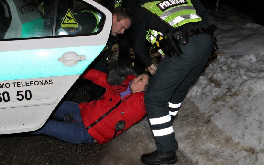 """Naktį Vilniaus gatvėse """"pasižymėjo"""" ir moterys: vieną policininkams net teko murkdyti baloje"""