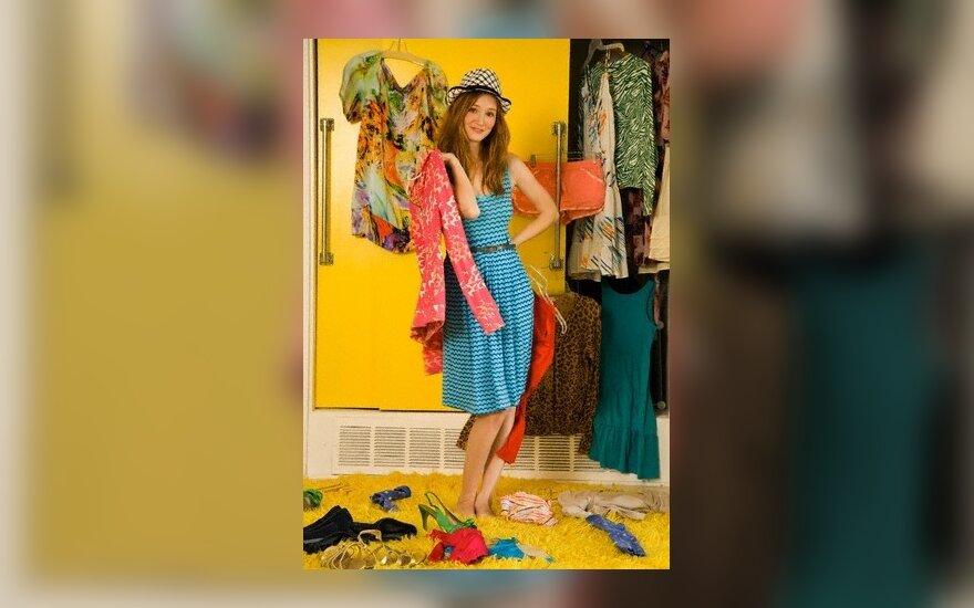 Mergina renkasi drabužius