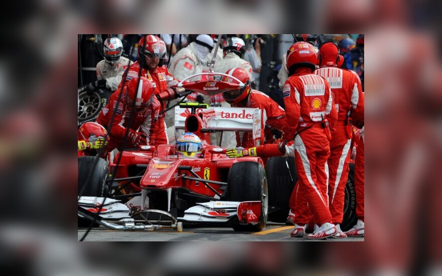 """Ferrari"" komandos mechanikai prie automobilio"