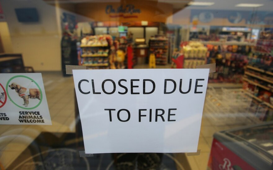 Kanadoje dėl miškų gaisrų evakavosi dešimtys tūkstančių žmonių