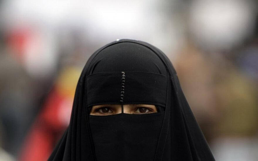 Strasbūro teismas pritarė Belgijos draudimui viešose vietose dėvėti veidą dengiančias skraistes