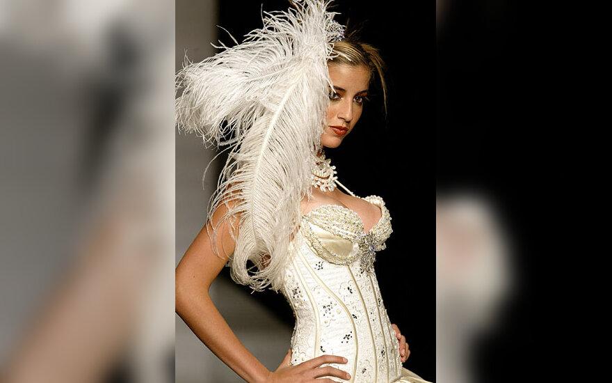 Manekenė demonstruoja meksikiečių dizainerio Alberto Rodriguezo suknelę Mechike vykstančioje mados savaitėje.