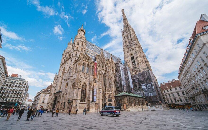 Pirmoji karantiną švelninti pradėjusi Austrija skelbia griežčiausią perspėjimą dėl kelionių į 6 Europos šalis