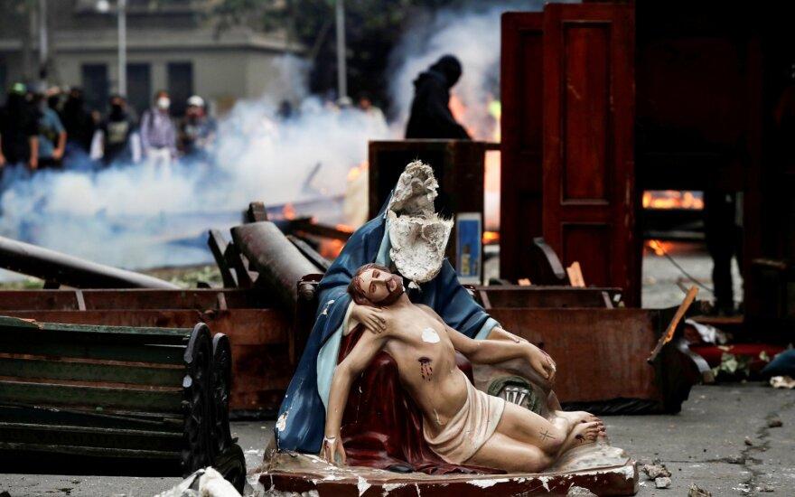 Čilėje per protestus padegtas universitetas, nuniokota bažnyčia