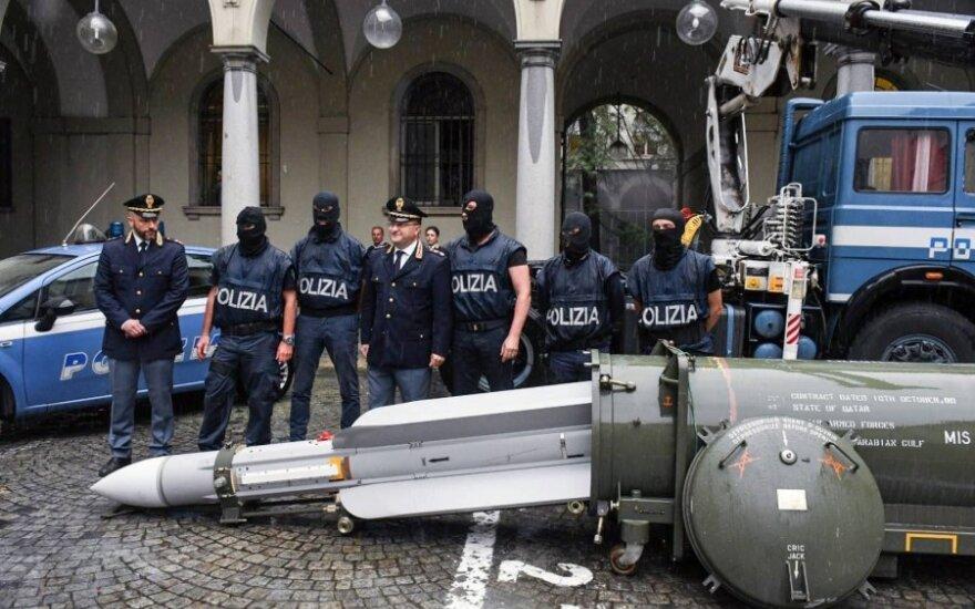 Italų policija krėtė kraštutinių dešiniųjų grupuotę – rado visą ginklų arsenalą ir kovinę raketą, skirtą Ukrainos separatistams