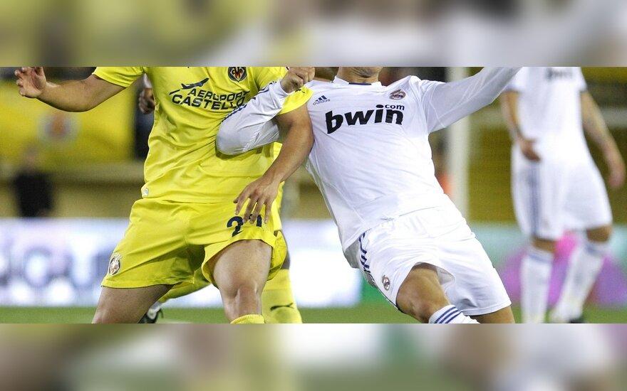 "Mario Gasparas (""Villarreal"") kovoja su Cristiano Ronaldo (""Real"")"
