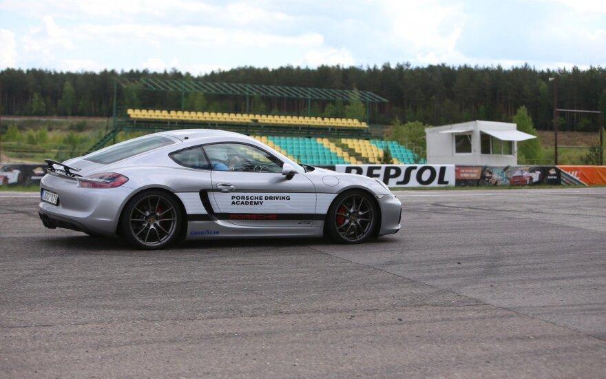 """Vairuotojai bus mokomi """"Porsche Cayman GTS"""" automobiliu"""