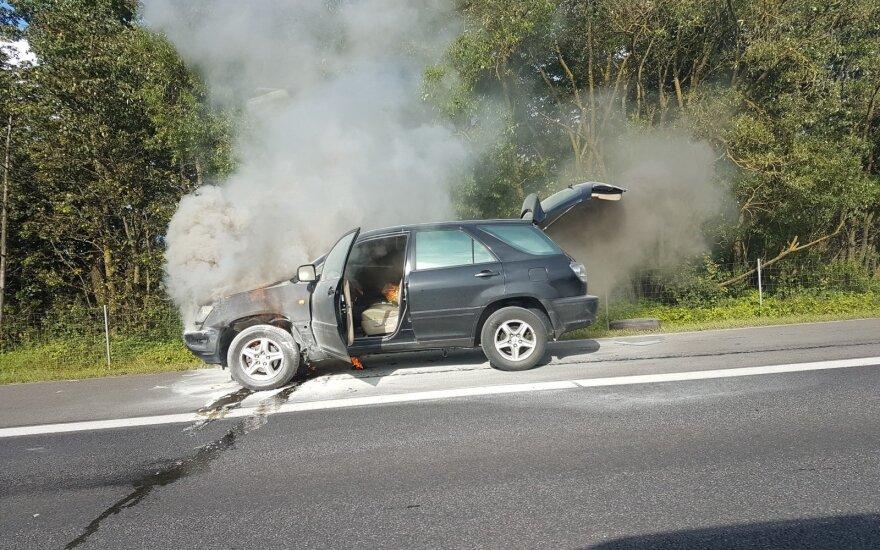 Nufilmuotas gaisras kelyje Kaunas-Klaipėda: ugnis automobilį prarijo žaibiškai