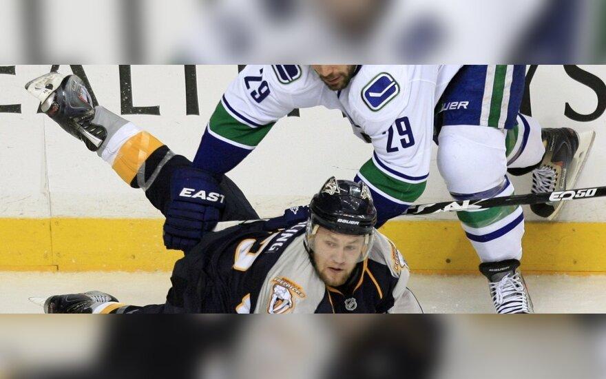 """Nickas Spalingas (""""Predators"""") gulėdamas kovoja su  Aaronu Rome'u  (""""Canucks"""")"""