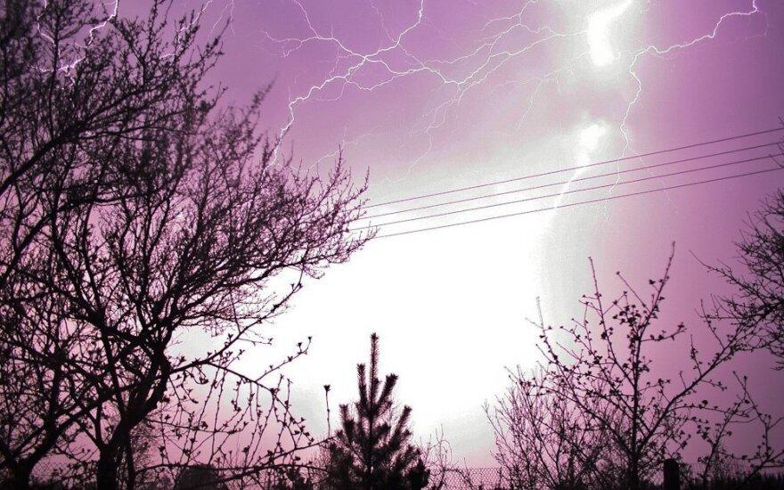 Esant stipriam vėjui negalima artintis prie elektros tinklo įrenginių: 4 svarbiausi patarimai