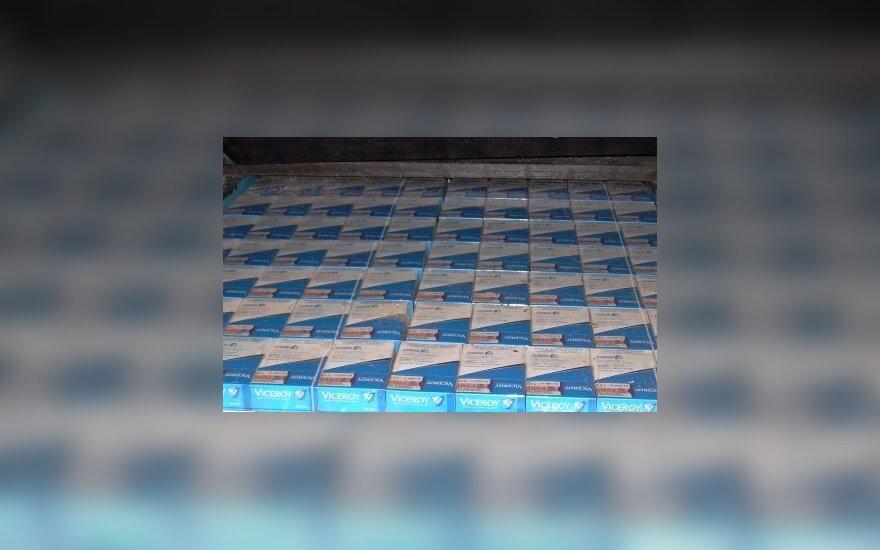 Vietoj automobilio akumuliatoriaus – cigarečių slėptuvė