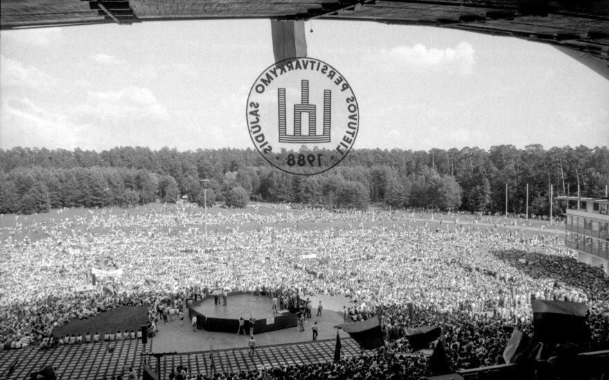 Sąjūdžio mitingas Vilniaus Vingio parke, kuriame sutinkami grįžę SSKP XIX konferencijos dalyviai. Vilniaus Vingio parke apie 100 tūkst. žmonių sutinka XIX Komunistų partijos konferencijos delegatus.