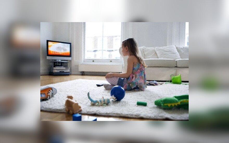 Mergaitė žiūri televizorių