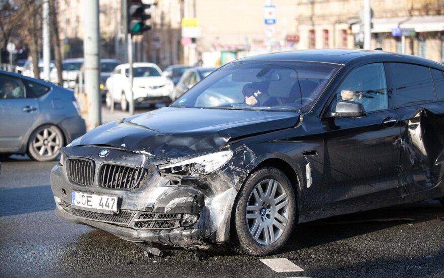 Vilniuje BMW vairuotojas nepraleido skubančių policininkų: du pareigūnai išvežti į ligoninę