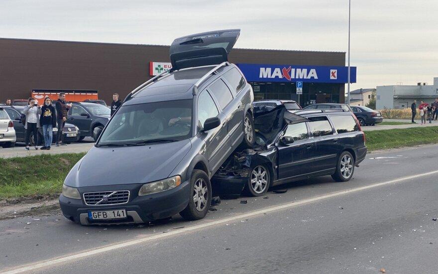 """Neeilinis dviejų """"Volvo"""" susidūrimas Vilniaus r.: girto vyro vairuojamas automobilis palindo po kitu"""