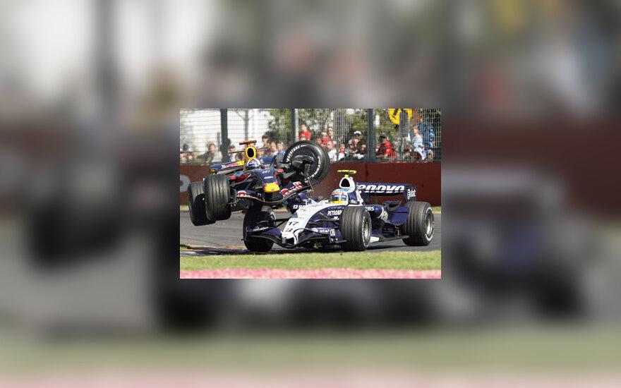 """Davido Coulthardo (""""Red Bull"""") bandymas lenkti  Alexanderį Wurzą (""""Williams"""") baigėsi avarija"""