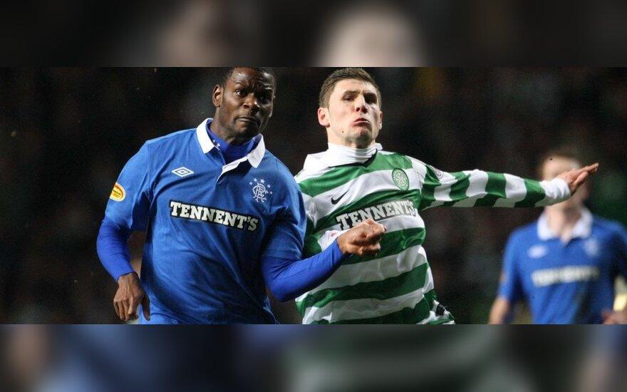 """Maurice'as Edu (""""Rangers"""") kovoja su  Gary Hooperiu (""""Celtic"""")"""