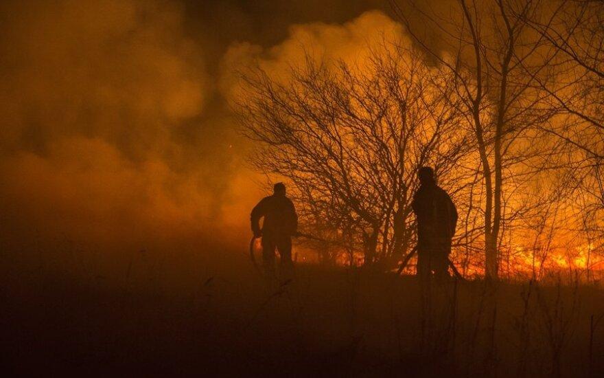 Užsidegusi žolė ant kojų sukėlė gaisrininkus