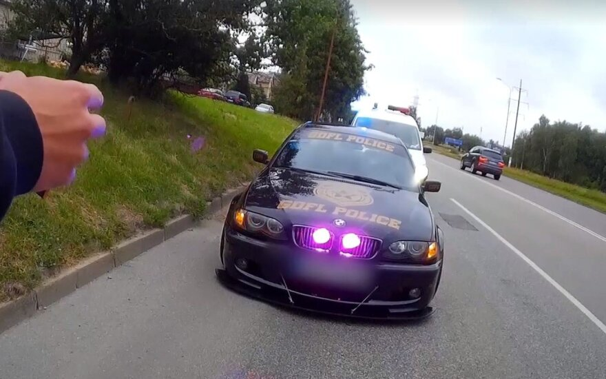 BMW, paverstas amerikietišku policijos automobiliu
