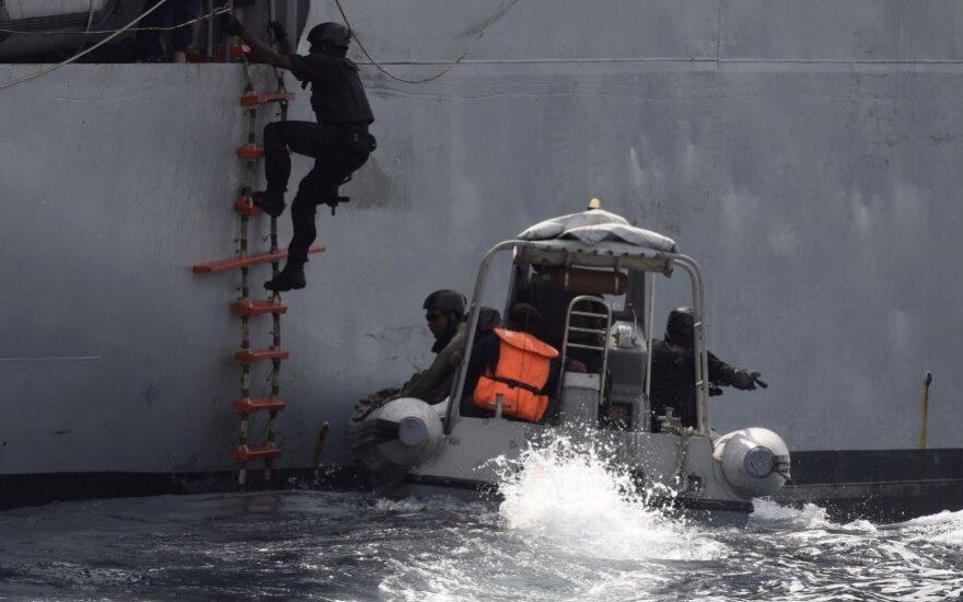 Nigerijos specialiųjų pajėgų kariai šturmuoja piratų užgrobtą laivą