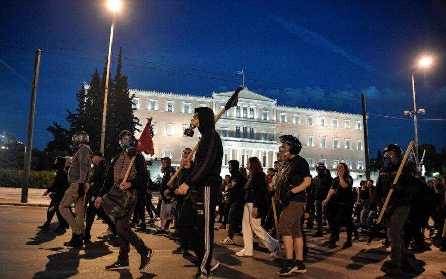 Graikijoje suimtas dujų balioną prie parlamento sviedęs vyras