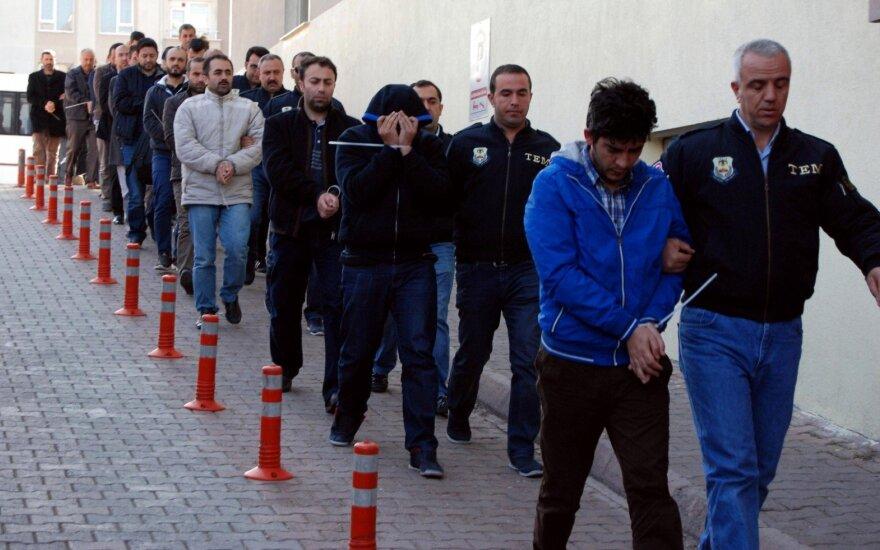 Turkijos valdžia ketina suimti dar beveik 100 asmenų, kaltinamų ryšiais su Gulenu