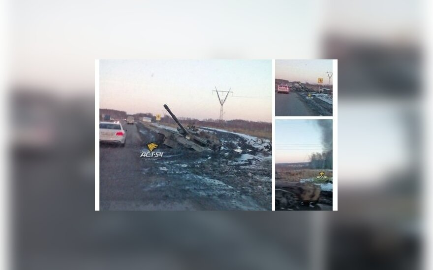 Rusijos tankas užklimpo pakelės purve