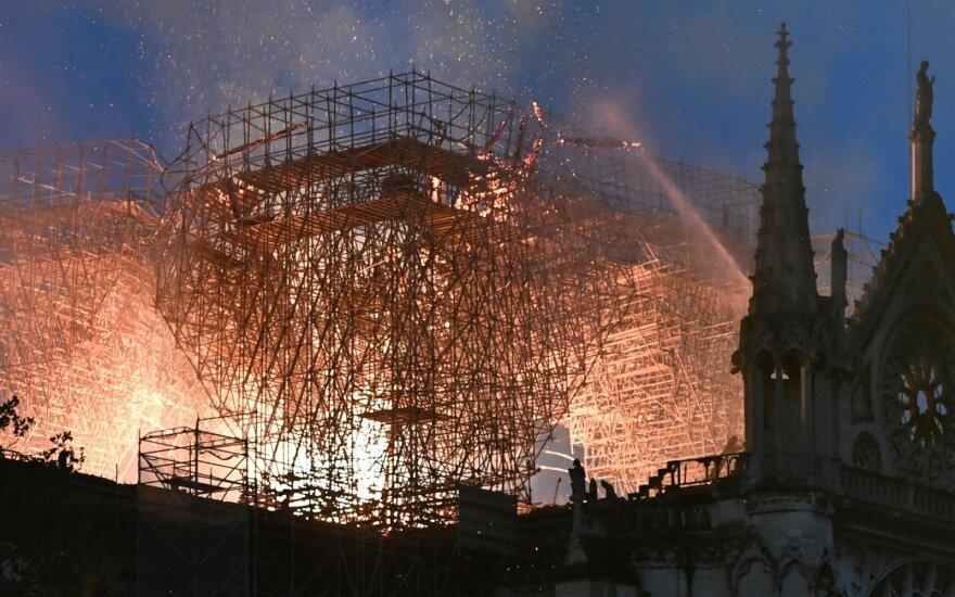 Paryžiuje Dievo Motinos katedros pagrindinę dalį pavyko apsaugoti, sako ugniagesiai