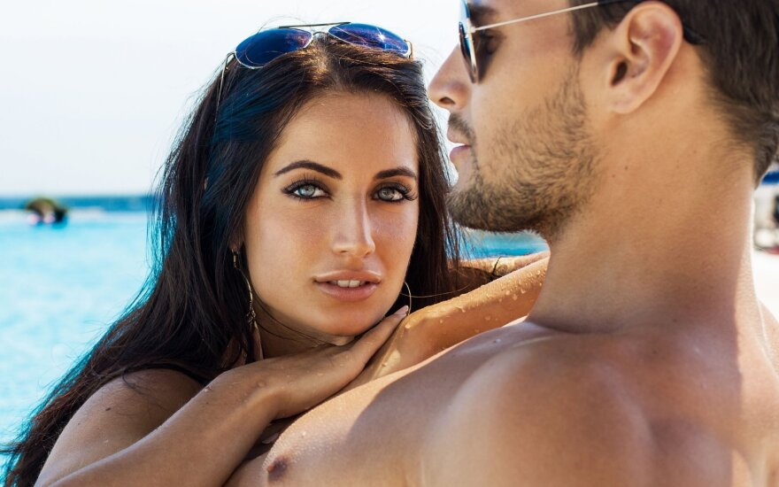 Pora susižadėjo paplūdimyje.