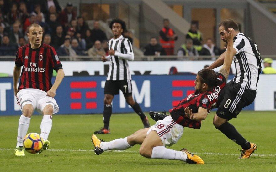 """Gonzalo Higuainas pelno antrą įvartį į AC """"Milan"""" vartus"""