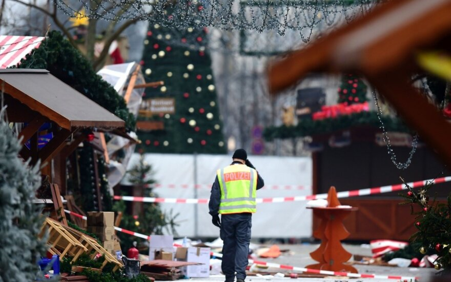 Vokietija gedi po teroro išpuolio: nusikaltėlis vis dar ieškomas