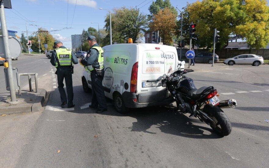 Vilniuje sankryžoje susidūrė trys automobiliai ir motociklas