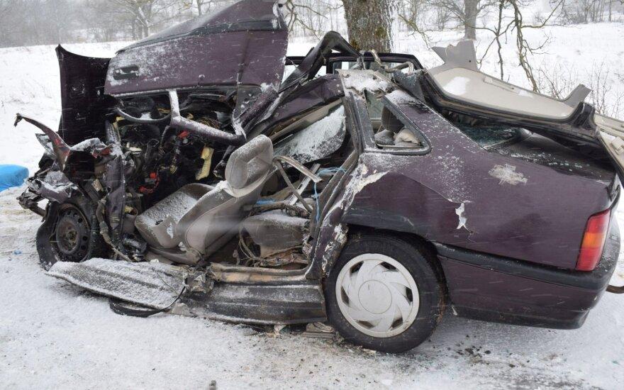 Alytaus r. susidūrė vilkikas ir lengvasis automobilis: vyras žuvo, moteris komoje