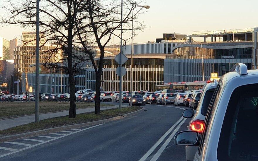 Avarija sostinės centre vairuotojus įkalino milžiniškoje spūstyje