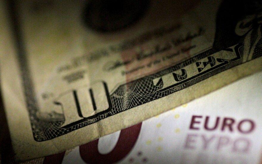 Nuogąstavimai dėl prekybos ginčų poveikio JAV ekonomikai smukdo JAV dolerio kursą