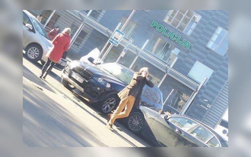Vilniuje po policijos komisariato langais kelio nepasidalino du BMW vairuotojai