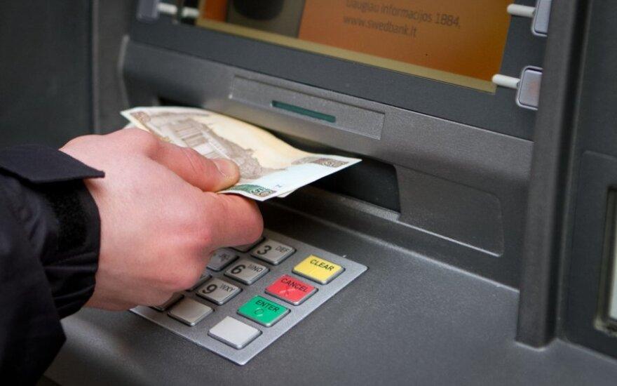 Bankai grynuosius priima už dyką, o atiduoti veltui nenori