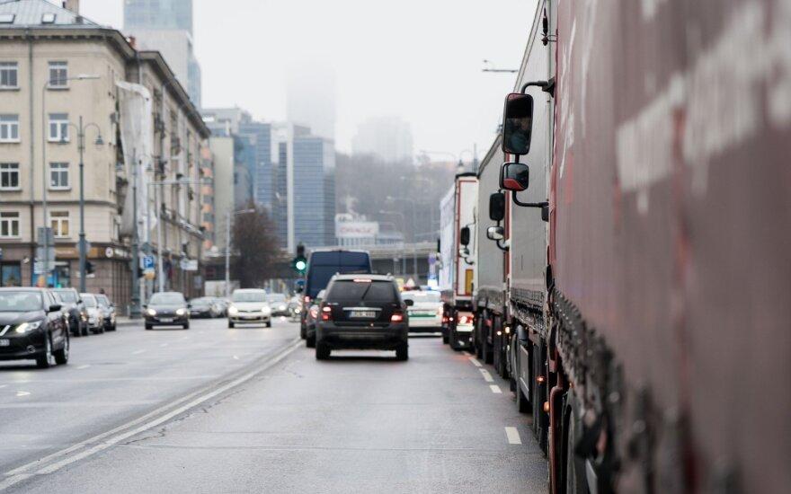 Dėl koronaviruso dalyje vietovių apribojamas arba uždraudžiamas krovinių ir keleivių eismas
