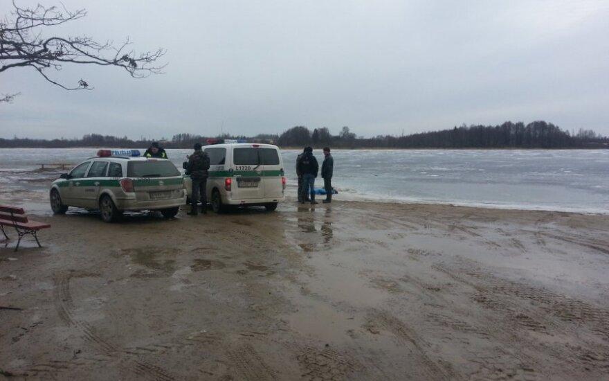Ant ežero ledo žvejojęs vyriškis tapo tragiškos lemties liudininku