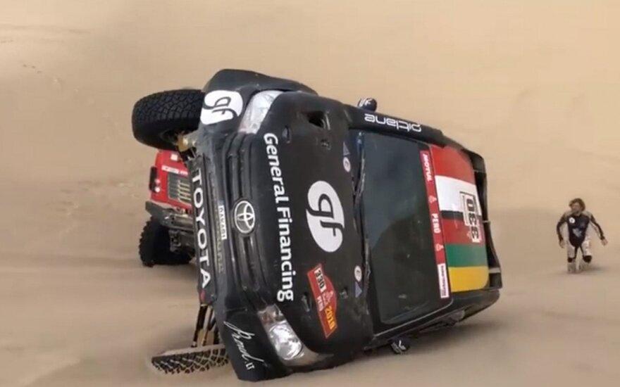 Benedikto Vanago automobilis Dakare ant šono